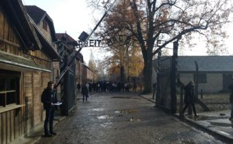 Photo Christian Laude entrÚe Auschwitz 1